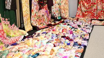 ずらりと並んだ色鮮やかな振袖の生地の数々